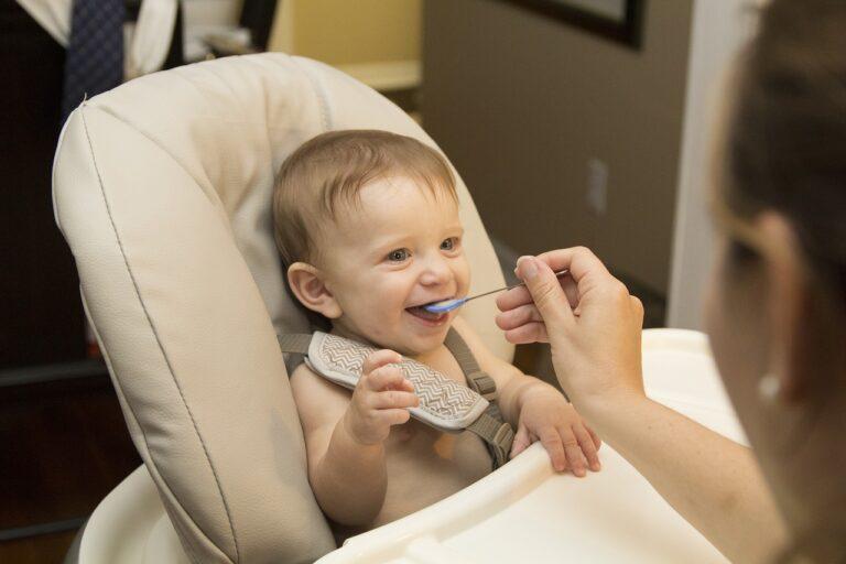 Přechod dítěte k pevné stravě